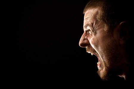 enojo: El hombre enojado gritando en la extrema furia