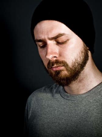 melancholijny: Low-klucz melancholijny portret przystojny mężczyzna
