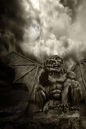 demonio: Noche demonio - Cierre de seguridad en la espantosa estatua, con la luna saliendo de las nubes
