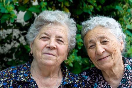 damas antiguas: Retrato de dos sonriente y feliz ancianas