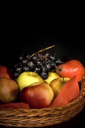 Imagen de obras de arte de la canasta con variedad de frutas Foto de archivo - 3725942