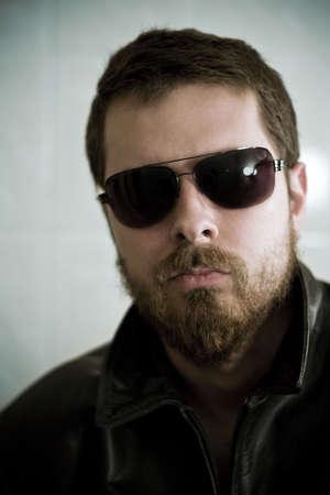 hombre con barba: Tipo duro con gafas de sol (someras DOF) Foto de archivo
