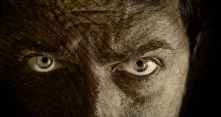 hypnotique: Gros plan sur le visage effrayant de la peau craquel�e Banque d'images