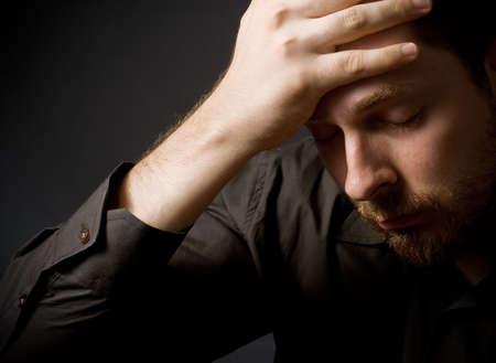persona deprimida: Baja clave retrato de joven hombre de negocios deprimido Foto de archivo