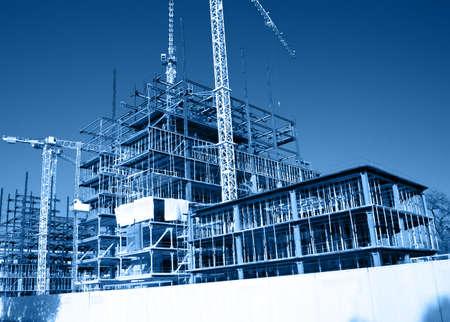 cantieri edili: Vista generale della costruzione del sito con grandi gru Archivio Fotografico