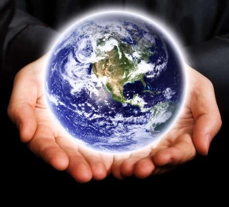 the universe: Salvemos la Tierra concepto: la celebraci�n de manos humanas del planeta
