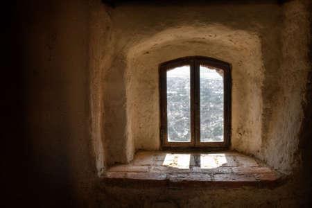 castello medievale: Vecchia finestra da interno di un castello medievale Archivio Fotografico