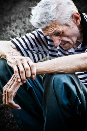 Lonely senior man gevoel heel triest Stockfoto