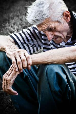 Cier: Lonely starszy mężczyzna uczucie bardzo smutne Zdjęcie Seryjne