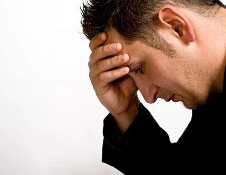 Portret van depressieve jonge zakenman geïsoleerd op wit