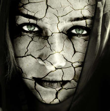 femme triste: Le r�chauffement de la plan�te concept: visage d'une femme � la peau craquel�e Banque d'images