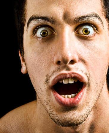 occhi grandi: Wow concetto - ha stupito l'uomo con grandi occhi e la bocca aperta
