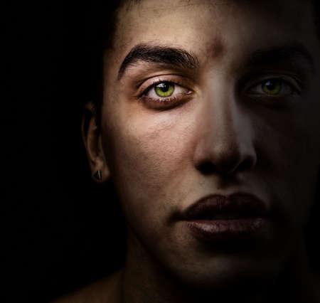 Rostro de hombre guapo de ojos verdes en la sombra Foto de archivo - 4652874