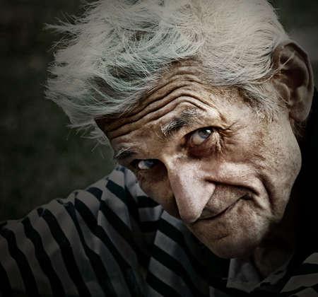 知恵笑顔で年配の男性人のヴィンテージのクローズ アップの肖像画