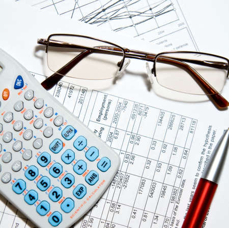 taxes: Informe financiero - calculadora, anteojos, plumas y papeles Foto de archivo