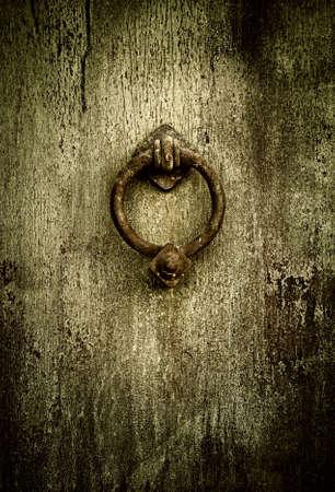tocar la puerta: Grunge medieval - antigua puerta oxidada aldaba Foto de archivo