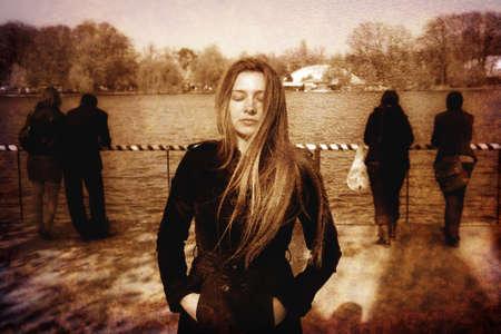 femme triste: Sad solitaire solitaire depresed jeune femme en plein air