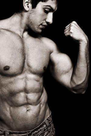 cuerpo hombre: Retrato de hombre sexy muscular mostrando sus b�ceps