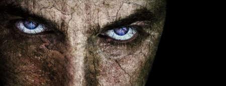 creepy monster: Cracking faccia con sinistre male gli occhi inquietanti sul nero Archivio Fotografico