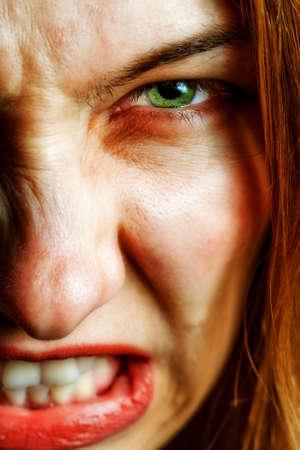 col�re: Visage de femme en col�re avec une expression effrayante mal Banque d'images