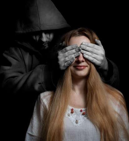 demonio: Concepto de muerte: mujer sorprendida por la criatura siniestra mal Foto de archivo