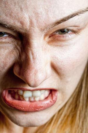 enojo: Primer plano sobre enojado destac� mujer
