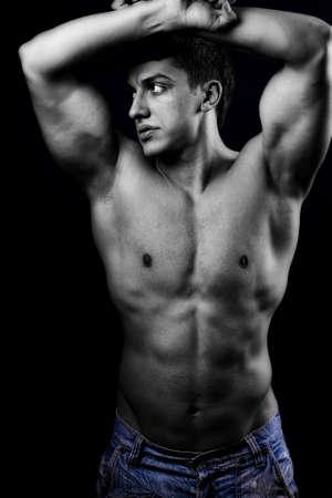 Portrait d'un homme musclé sexy avec des corps en bonne santé