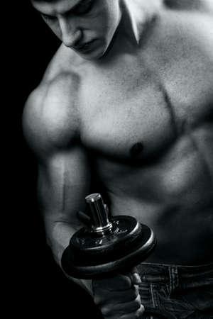 levantando pesas: Culturista en acci�n - chico potente muscular, levantamiento de pesas Foto de archivo