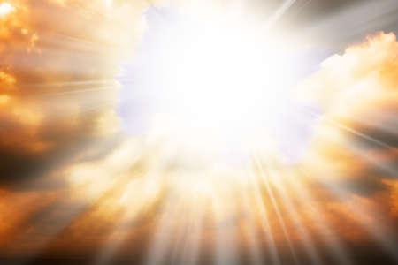 Concepto de religión de cielo - rayos de sol a través de las nubes Foto de archivo