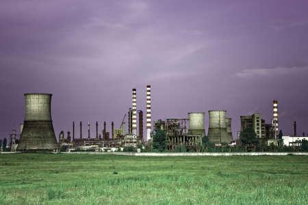 Industrie toxique - paysage de la raffinerie de pétrole industrielle Banque d'images - 6349560
