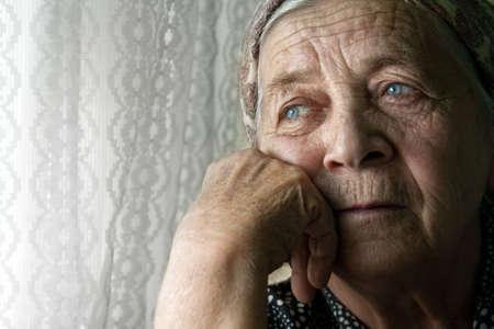 sad old woman: Retrato de triste solitaria pensativa senior anciana Foto de archivo