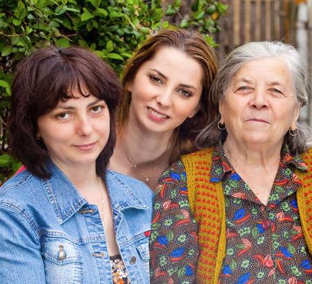mujeres mayores: Retrato de familia - hija feliz nieta y abuela