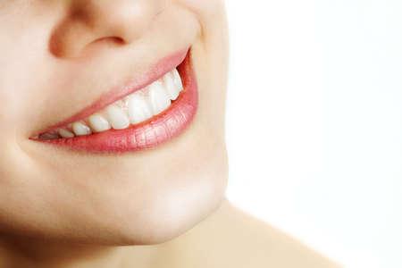 dentudo: Dulce sonrisa de mujer con dientes sanos sobre blanco