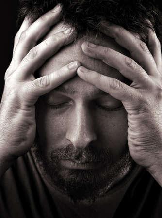 persona deprimida: Retrato de detalle del hombre deprimido y solitaria triste