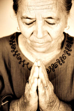 personas orando: Mujer senior religiosa cristiana rezando a Dios