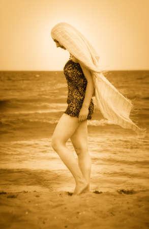 pieds nus femme: Femme aux pieds nus avec voile sur une plage ensoleill�e Pacifique  Banque d'images