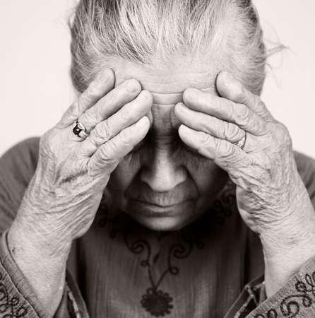 Ongelukkig senior oudje met gezondheids problemen  Stockfoto
