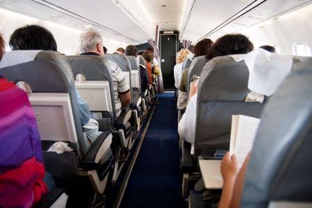 Interior del avión de pasajeros de los asientos