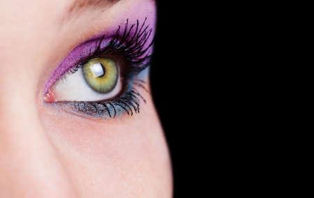 ojos verdes: Detalle en ojo femenino con maquillaje hermoso  Foto de archivo