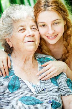 Happy Family Portrait - Tochter und Großmutter outdoor