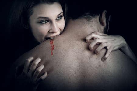 Liebe und Blut-Geschichte - Vampir Frau beißt ihr Geliebter