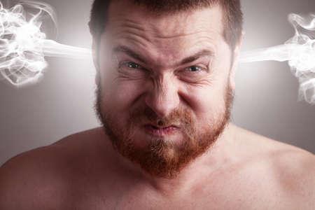 anger: Concepto de estr�s - hombre frustrado enojado con explosi�n de cabeza Foto de archivo