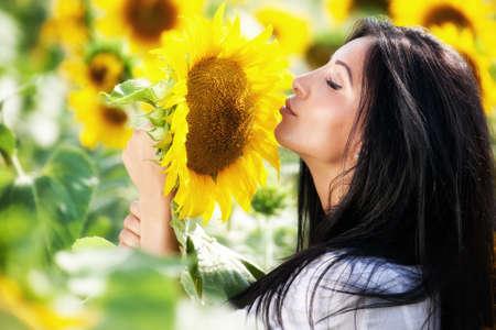 smell: Mujer en campo girasol - vida rural y el concepto de aromaterapia