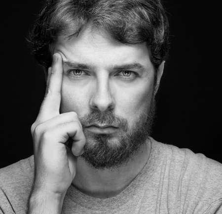 hombre con barba: Frente a la hermosa barba individuo confidente jóvenes sobre negro