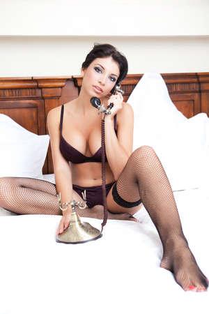 Sexy Frau in Dessous unter einer Beute nennen