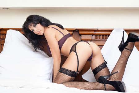 Junge Frau mit heißen sexy Körper im Bett