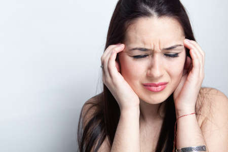 hoofdpijn: Hoofdpijn concept - jonge vrouw die lijdt een migraine