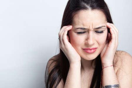 Kopfschmerzen Konzept - junge Frau leidet an Migräne