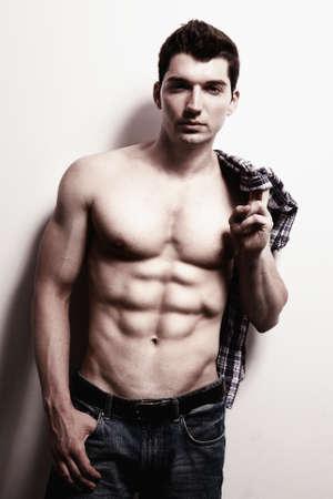 hombres musculosos: Hombre sexy masculino con vientre muscular