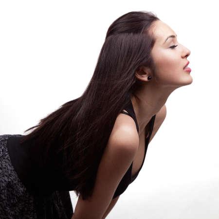 perfil de mujer rostro: Perfil de mujer joven y bella aislados en blanco Foto de archivo